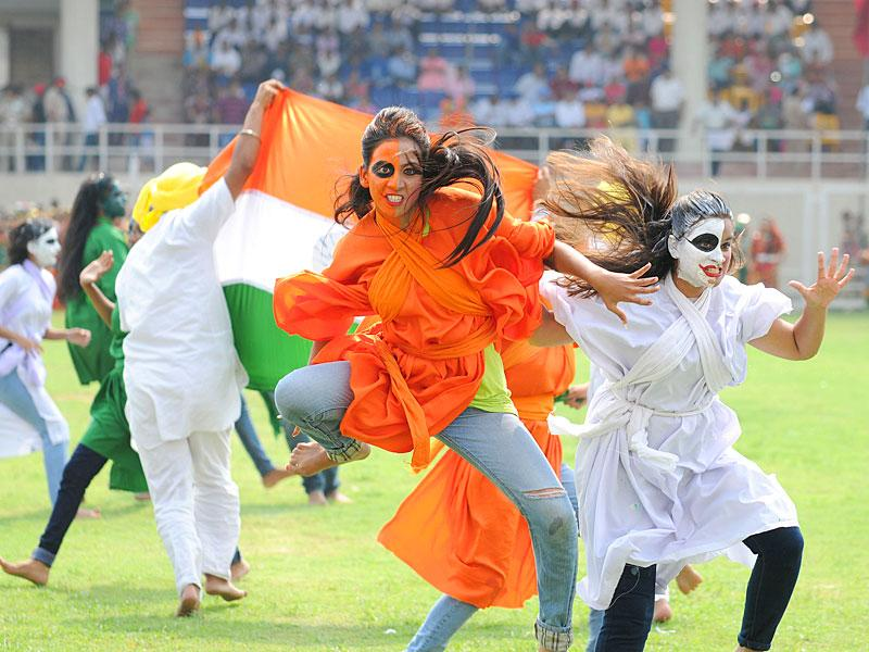 Girls performing during Independence Day celebrations at Guru Gobind Singh Stadium in Jalandhar. (Pardeep Pandit/HT Photo)