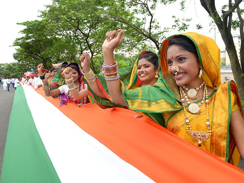 A human chain held the Indian Tricolour over a 5 km distance as part of Independence Day celebrations in Navi Mumbai. The national flag was touted as the longest national flag. (Photo: Bachchan Kumar)