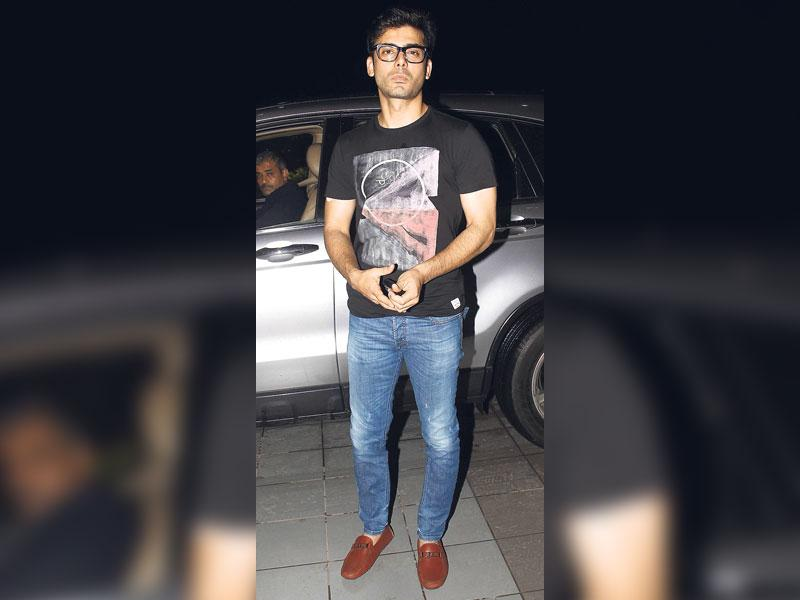 Casual's the call: Look cool yet 'I mean business' by throwing in a tee over casual jeans and adding a pair of geeky glasses like actor Fawad Khan. (HT Photo/ Yogen Shah)