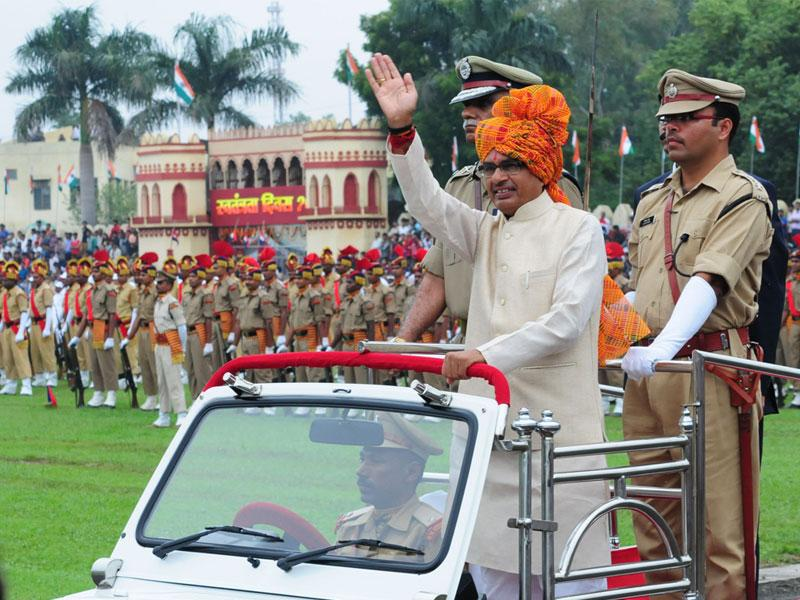 Chief minister Shivraj Singh Chouhan inspects Independence Day parade at Motilal Nehru stadium in Bhopal on Saturday. (Mujeeb Faruqui/HT photo)