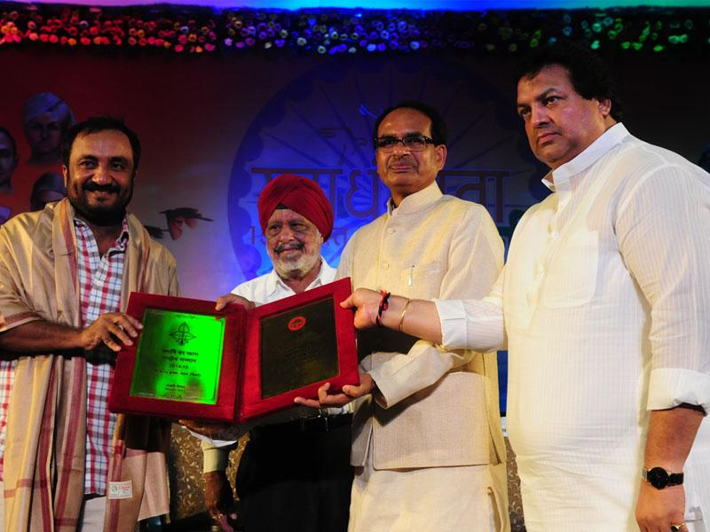 Prof. Anand Kumar of 'Super 30' receiving Maharshi Vedvyas award from CM Shivraj Singh Chouhan in Bhopal on Saturday. (Mujeeb Faruqui/HT photo)