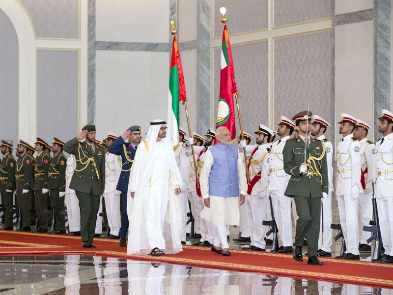 Sheikh Mohamed bin Zayed Al Nahyan Crown Prince of Abu Dhabi (L) and Indian Prime Minister Narendra Modi inspect the honour guard during a reception at the Presidential Airoprt in Abu Dhabi. (AFP Photo)