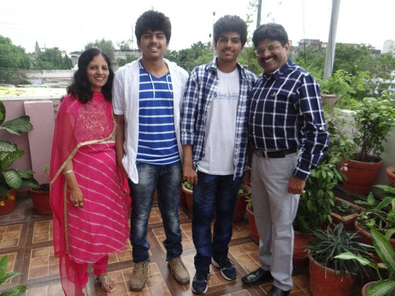 Ayushman Bindal (L) and Abhigyan Bindal (R) with their parents in Indore. They scored AIR 14 and 26 respectively in AIPMT. (HT photo)
