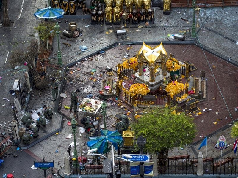 Experts investigate the Erawan shrine at the site of a deadly blast in central Bangkok, Thailand. (Reuters Photo)