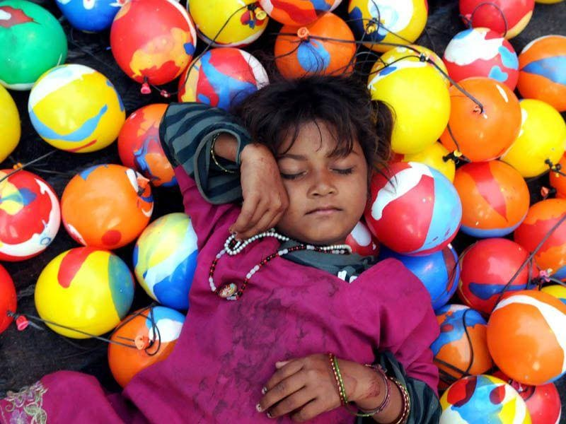 A girl takes a nap outside the historic Kali Mata temple during Navratre festival in Patiala. (Bharat Bhushan/HT)