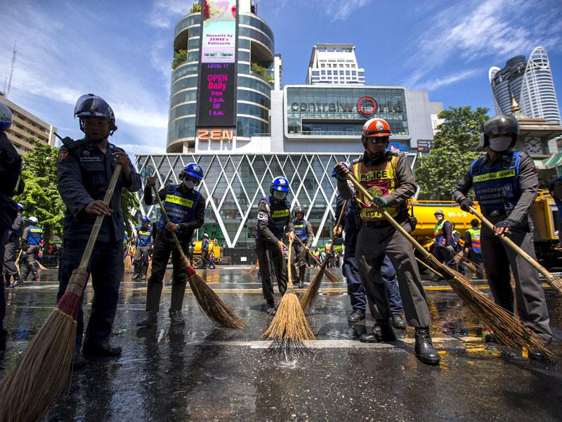 Police officers clean a street near the site of a deadly blast in central Bangkok, Thailand, August 18, 2015. A bomb blast at a popular shrine in Bangkok that killed 22 people including eight foreigners did not match the tactics used by separatist rebels in southern Thailand, the country's army chief said on Tuesday. REUTERS/Athit Perawongmetha