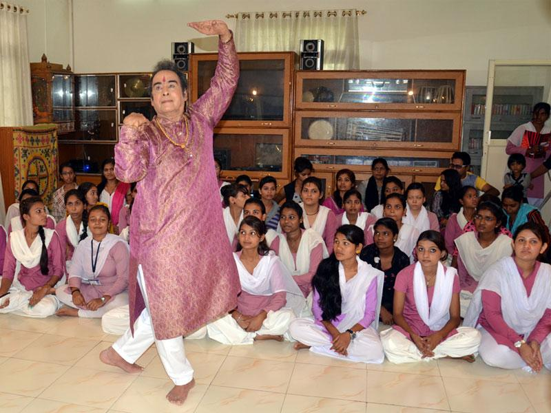 Students of MVM collage learn Kathak dance from Pandit Pratap Pawar, disciple of eminent Kathak dancer Pandit Birju Maharaj, in Bhopal on Wednesday. (HT)