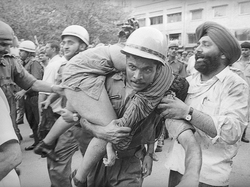 Firefighters and locals rescuing the victims of the Uphaar Cinema fire that broke out on June 13, 1997, killing 59 people and injuring over 100. (HT file photo/Prakash Singh)