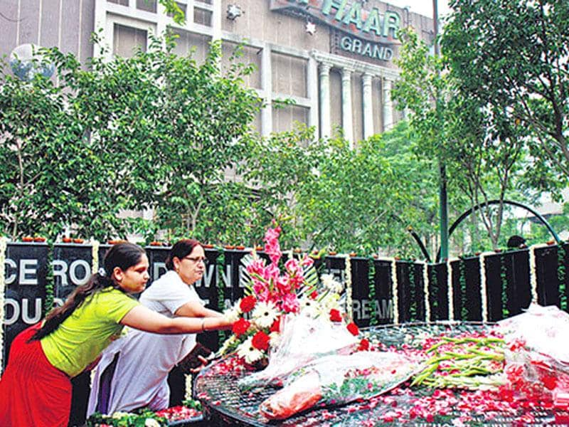 Relatives paying tributes at the Uphaar memorial on the anniversary of the Uphaar fire tragedy on June 13, 2012. On August 19, 2015, Supreme Court convicted the owners of Uphaar Cinema, Ansar Brothers, and asked them to pay Rs 60 Crore fine, as compensation to the victims' families. (HT file photo)