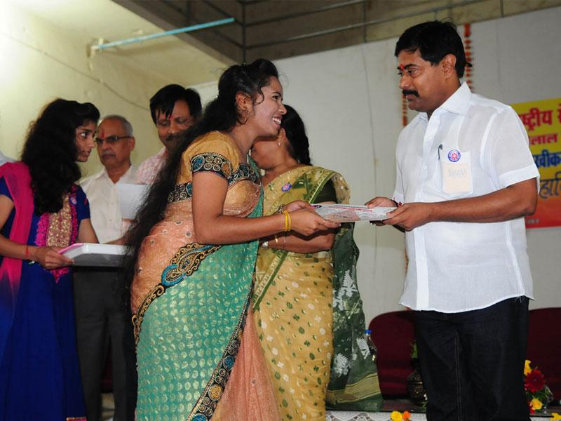 Minister of state for education Deepak Joshi felicitates National Service Scheme students during a programme at Motilal Vigyan Mahavidyala in Bhopal. (Mujeeb Faruqui/HT)