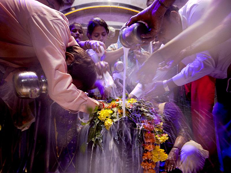 Devotees offer prayers at the Babulnath Temple, in Mumbai. (Kunal Patil/HT photo)