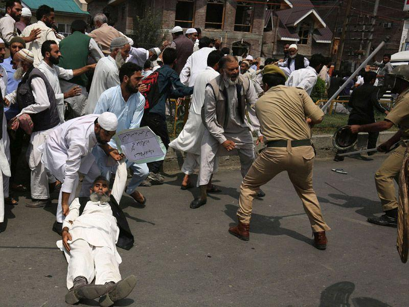 Police trying to detain supporters of the hardline faction of the All Parties Hurriyat Confrence (APHC) as they clash during a protest following the house arrest of APHC leader, Syed Ali Shah Geelani in Srinagar on Sunday. Abid Bhat/HT