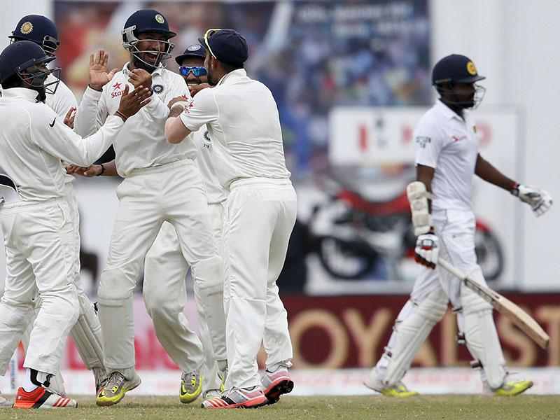 Cheteshwar Pujara, centre, celebrates the dismissal of Sri Lanka's Lahiru Thirimanne, right, with Kohli (second right), Mishra (third right), Rohit Sharma (second left) and Ravichandran Ashwin (left). (Reuters Photo)