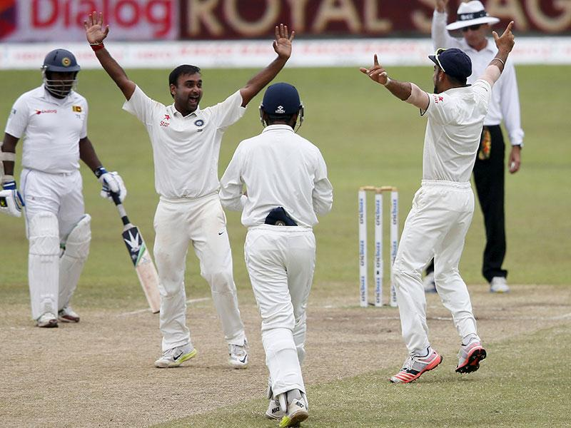 India's Amit Mishra, second from left, celebrates with captain Virat Kohli, right, after India won the second Test against Sri Lanka in Colombo, on August 24, 2015. (Reuters Photo)