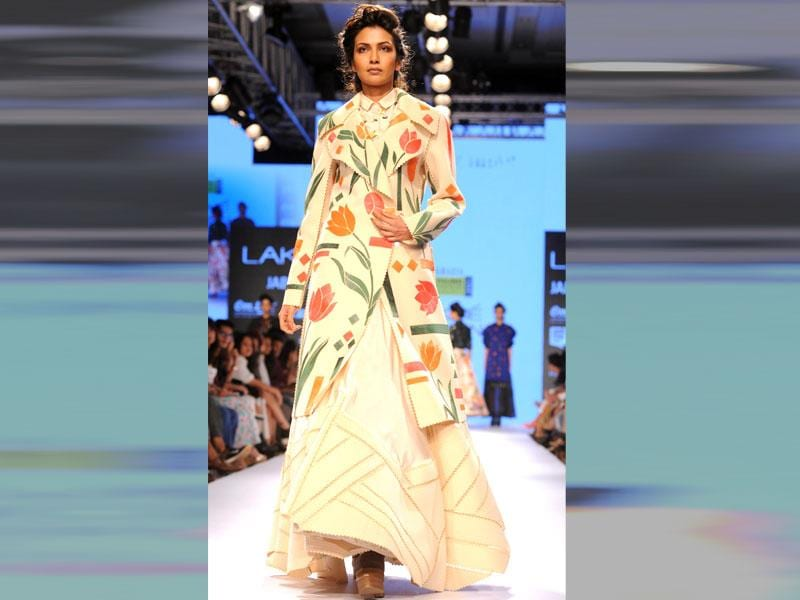 An Indian model showcases a creation by designer Sahil Kochhar. (Sujit Jaiswal/AFP photo)