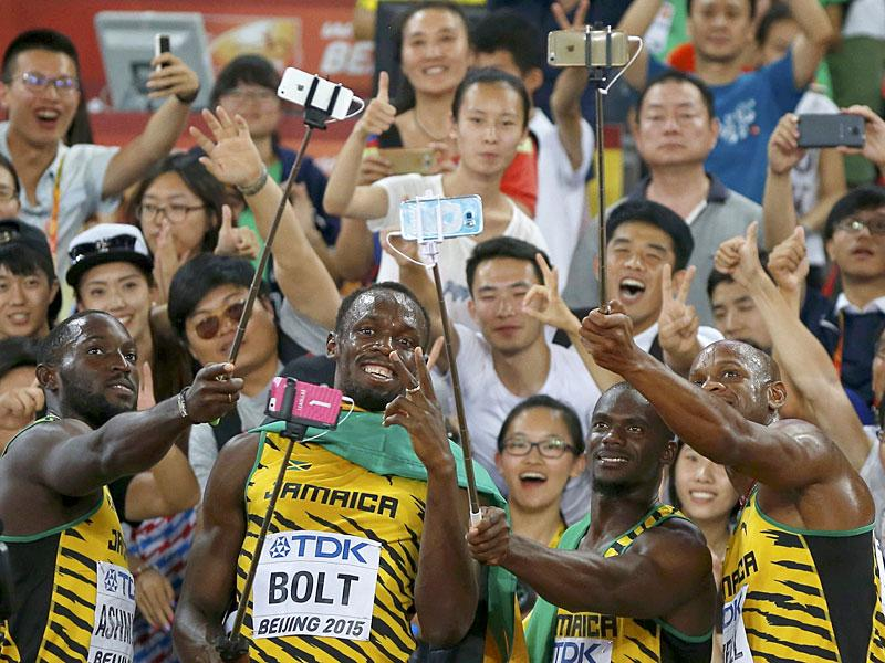 (From L to R) Nickel Ashmeade, Bolt, Nesta Carter and Asafa Powell of Jamaica pose for selfies with fans as they celebrate after winning gold at the men's 4 x 100 metres relay final. (Reuters)