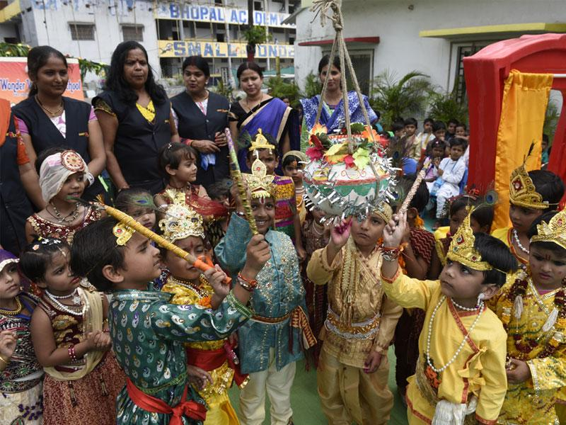 School kids dressed as Lord Krishna try to break the