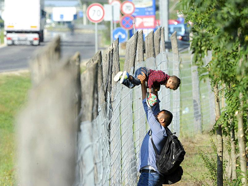 Migrants leave a migrant reception centre in Roszke, Hungary, on September 4, 2015. About 300 migrants broke out of a Hungarian border camp on Friday and hundreds of others set off on foot from Budapest as police scrambled to keep control of a migrant crisis that has stretched Europe's asylum system to breaking point. (Reuters Photo)