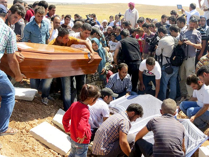 Relatives carry a coffin during the funeral of the two Syrian toddlers and their mother who drowned trying to reach Greece, in the Syrian border town of Kobani, on September 4, 2015, while their distraught father begged Arab countries to do more to help Syria's refugees. (Reuters Photo)