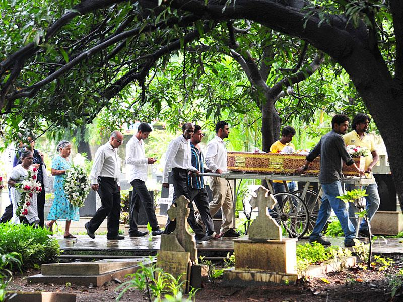 Relatives and friends of Mumbai resident Melvin Fernandes at his funeral at Worli. Fernandes allegedly committed suicide in Virginia, US, apparently following some personal issues. (Anshuman Poyrekar/HT photo)