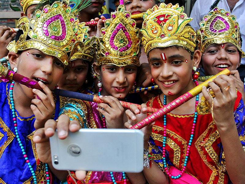 Protesting against the state government's inability to relax norms during Dahi Handi, Thane MNS supports boys, dressed up as Krishna, take selfies. They claim there will be no handi to break this Janmashtami in Thane. (Praful Gangurde / HT Photo)