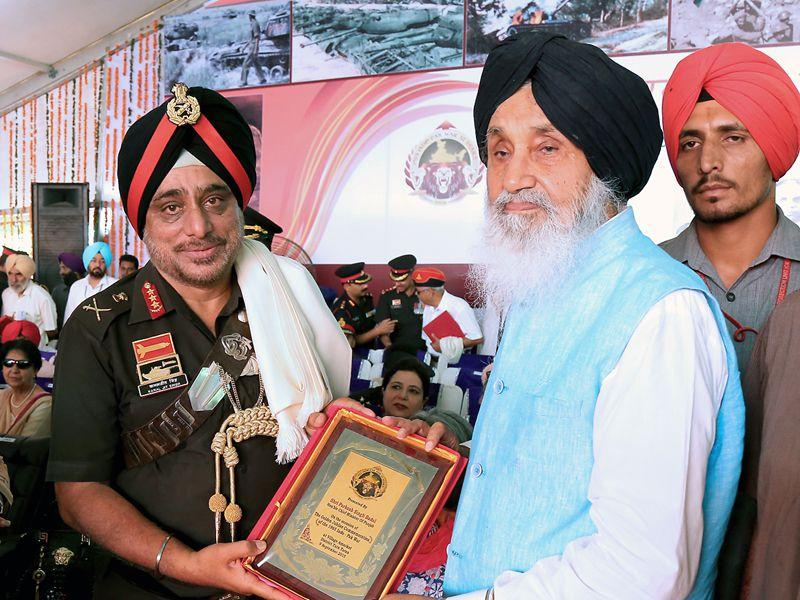 Chief of Western Command Lieutenant General KJ Singh being felicitated by Punjab CM Parkash Singh Badal during a state-level function at Amarkot. (HT Photo)