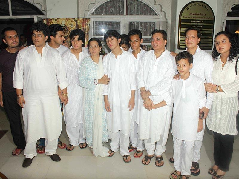 Aadesh Shrivastava's family come together to pay final respects. (IANS)