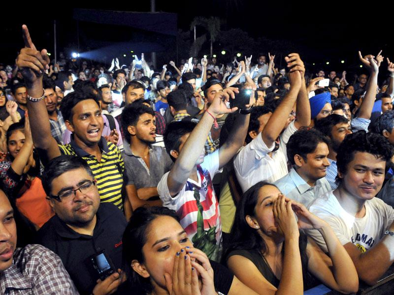 Youngsters enjoy Indian Ocean's performance at an event sponsored by Hindustan Times in Gurgaon on Friday evening.(Parveen Kumar/HT Photo)