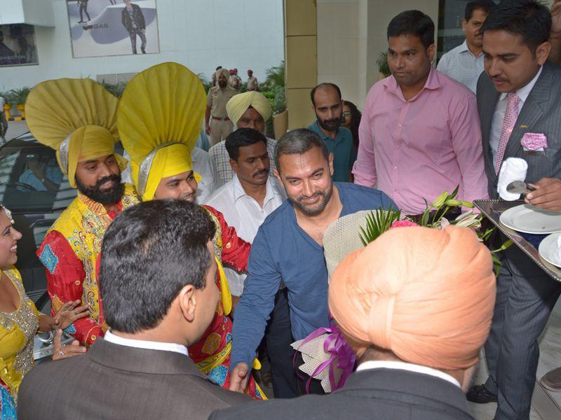 Aamir Khan being welcomed by the hotel staff and city residents in Ludhiana on Sunday. (HT Photo)