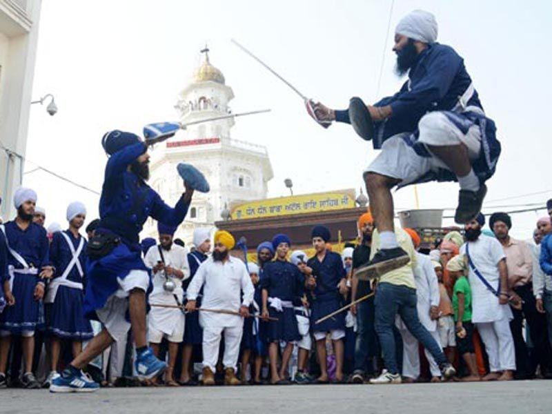 Sikh boys showing their skills during a 'nagar kirtan' outside the Golden Temple in Amritsar on Monday.(Sameer Sehgal/HT)