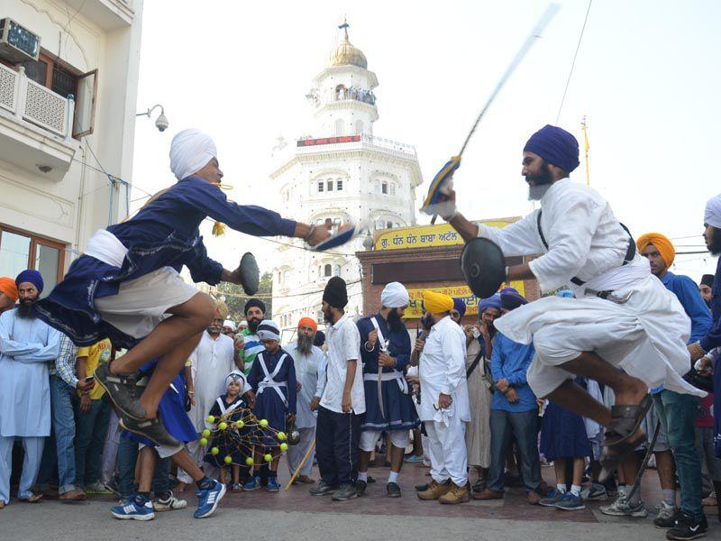 Sikh boys showing their 'gatka' skills outside the Golden Temple in Amritsar on Monday.(Sameer Sehgal/HT)