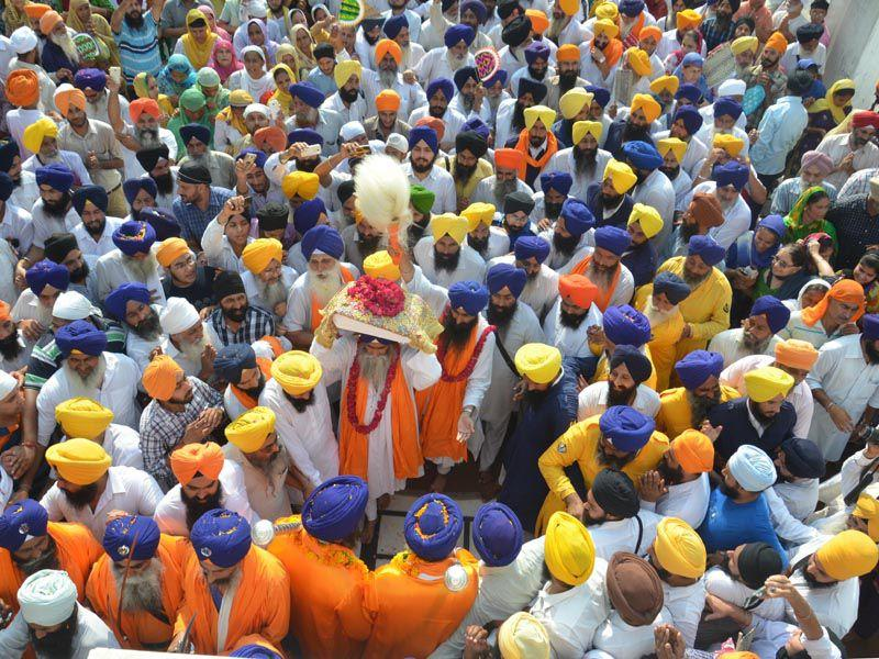Head granthi carrying Guru Granth Sahib during a procession at the Golden Temple. (Sameer Sehgal/HT)