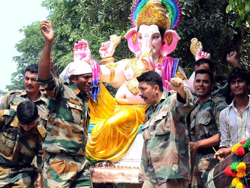 Army soldiers carrying an idol of lord Ganesha on the occasion of Ganesh Chaturthi in Patiala. HT/Photo