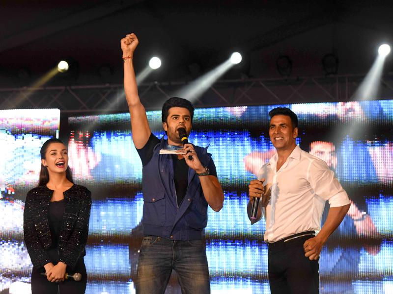 Akshay Kumar, Amy Jackson and Manish Paul are all super-excited at the HT GIFA grand opening ceremony in Tau Devi Lal stadium, in Gurgaon on Sunday, September 20, 2015.  (Vipin Kumar/Hindustan Times)