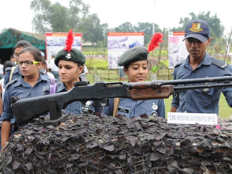 NCC cadets looking the arms used during the war. Pardeep Pandit/ HT (Pardeep Pandit/ HT)