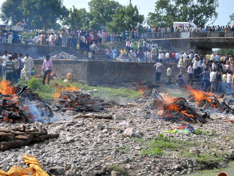 Bodies of victims of an explosion are cremated by the banks of the Pampawati River in Petlawad in Jhabua on Saturday. (PTI Photo)