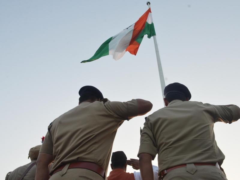 Policemen on duty salute the 170 feet high tricolour hoisted at Amrit Anand park, Ranjeet Avenue in Amritsar on Sunday.  (Sameer Sehgal/HT Photo)