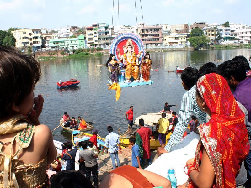 Residents watching the immersion of Lord Ganesha idol to mark the end of  Ganesh Chaturthi in Bhopal.  (Bidesh Manna/Ht Photo)