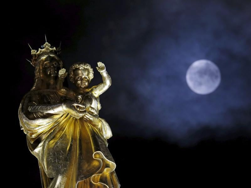 A supermoon rises in the sky above the Notre-Dame de la Garde basilica in Marseille, France, September 28, 2015.  The rare event only occurs when Earth's satellite is at a minimum distance from our planet.   (REUTERS Photo)