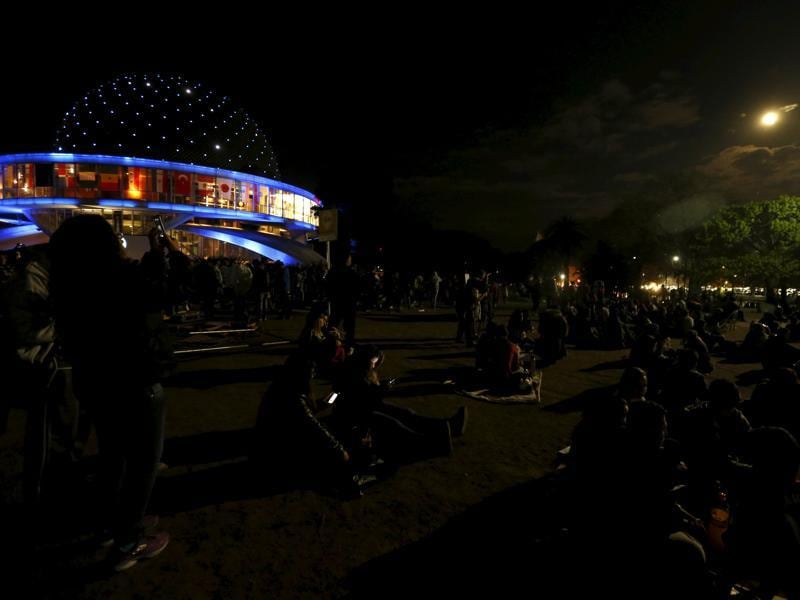 People gather near the Buenos Aires' planetarium to see the supermoon in Buenos Aires, Argentina, September 27, 2015.  The rare celestial event last occurred in 1982. (REUTERS Photo)
