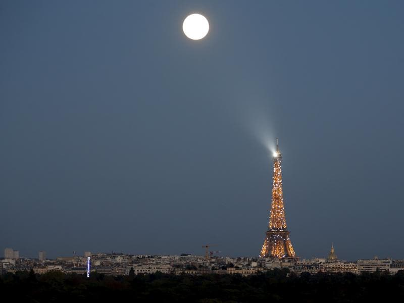 A super moon rises in the sky near the Eiffel tower as seen from Suresnes, Western Paris, France, September 27, 2015.  The Moon's position in the sky makes it approximately 7-8% larger. (REUTERS Photo)