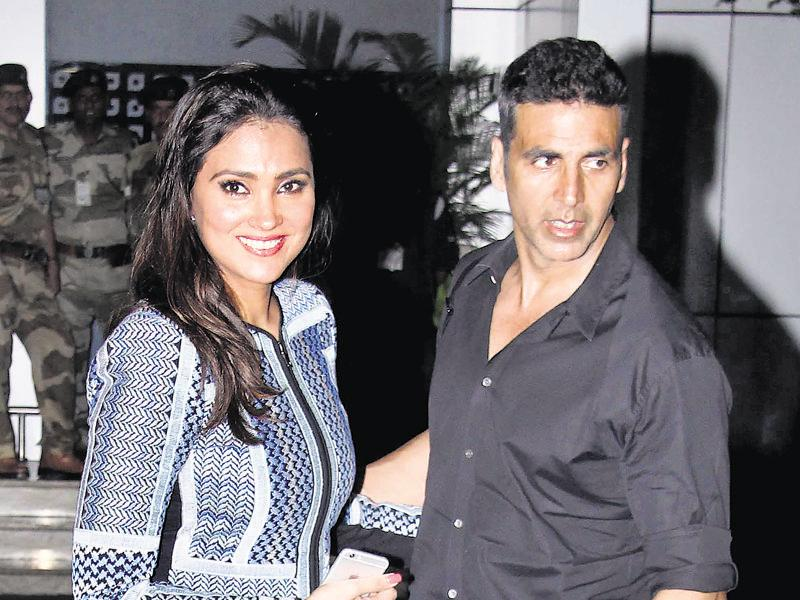 Akshay Kumar and Lara Dutta at Mumbai airport. (Yogen Shah)