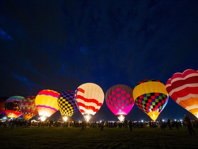 Hot air balloons are lit up by flame as they prepare to take off on the first day of the 2015 Albuquerque International Balloon Fiesta in Albuquerque, New Mexico, October 3, 2015.  (REUTERS)