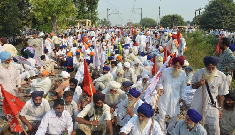 Farmers agitated by anti-farmer policies of the state block railway traffic near khalchia 28 kms from Amritsar .  (SAMEER SEHGAL/HT Photo)