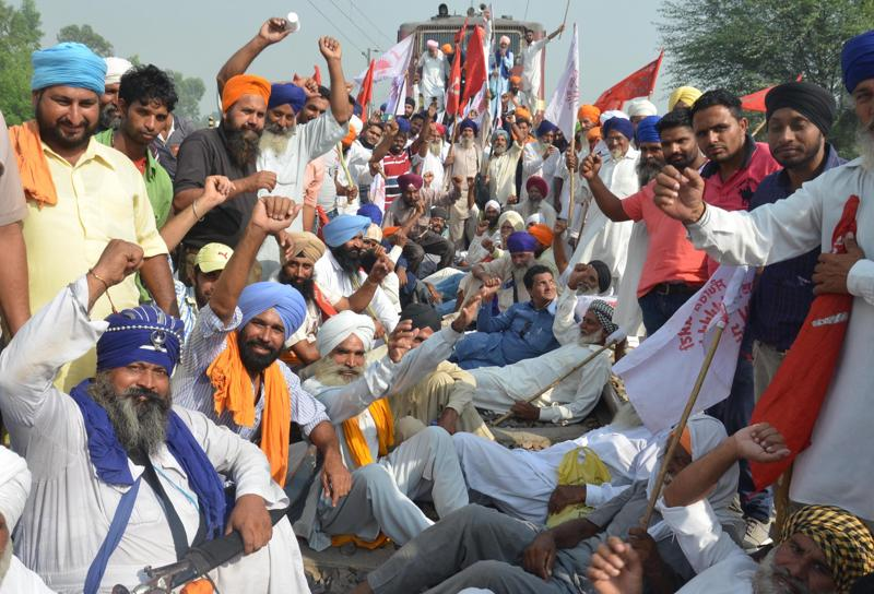 Farmers protest  against anti-farmer policies of the central and Punjab government in Amritsar.  (sAMEER SEHGAL/ HT PHOTO)