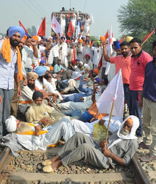 Farmers  lies on railway tracks during protest against Punjab and central government in Amritsar .  (SAMEER SEHGAL/ HT PHOTO)