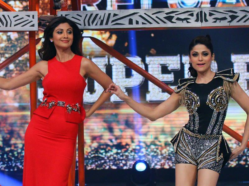 Sultry sisters Shilpa Shetty and Shamita Shetty, also treated the fans to a jig together. (AFP)