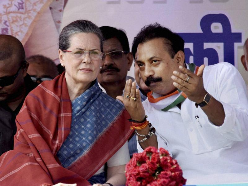 Congress president Sonia Gandhi with party's Bihar chief Ashok Chaudhary during an election rally in Kahalgaon. (PTI)