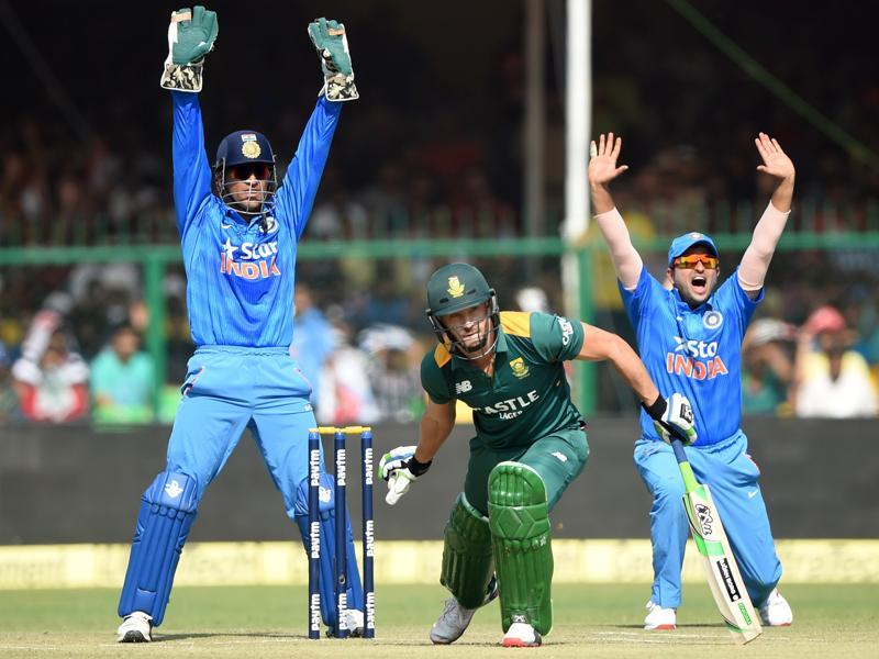 Dhoni, left, and Raina, right, make an unsuccesful appeal for LBW against South Africa's Faf du Plessis.  (AFP Photo)