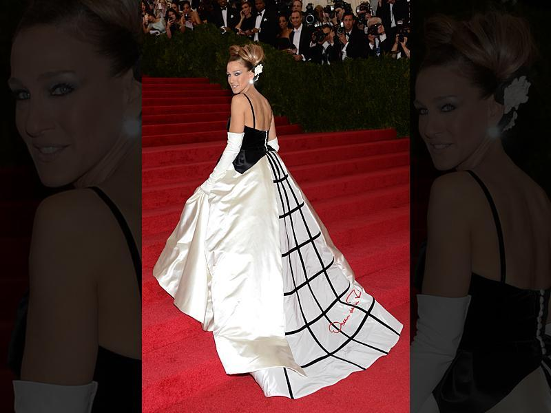 Actor Sarah Jessica Parker wearing an Oscar de la Renta gown on the red carpet. (AP)